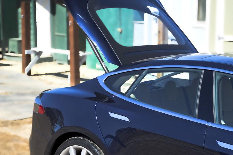 Driving Tesla's Model S, a most en-lightning experience - slide 8