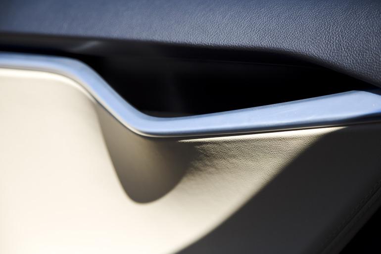 Driving Tesla's Model S, a most en-lightning experience - slide 4