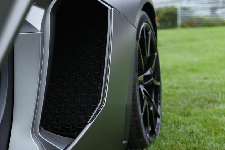 ANGUS vs AVENTADOR: Lamborghini's 700 hp destroyer of pavement laden worlds - slide 14