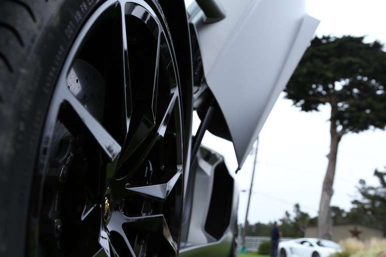 ANGUS vs AVENTADOR: Lamborghini's 700 hp destroyer of pavement laden worlds - slide 1