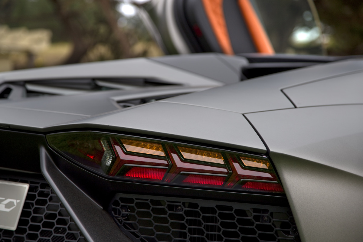 ANGUS vs AVENTADOR: Lamborghini's 700 hp destroyer of pavement laden worlds - slide 3